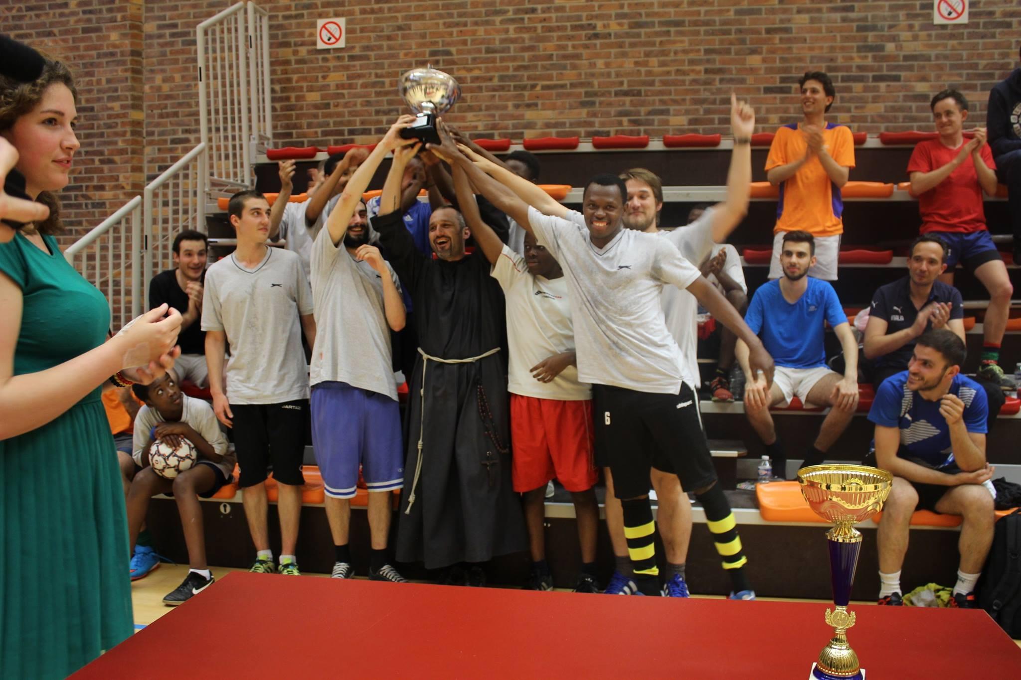Équipe vainqueurs qui soulève la coupe