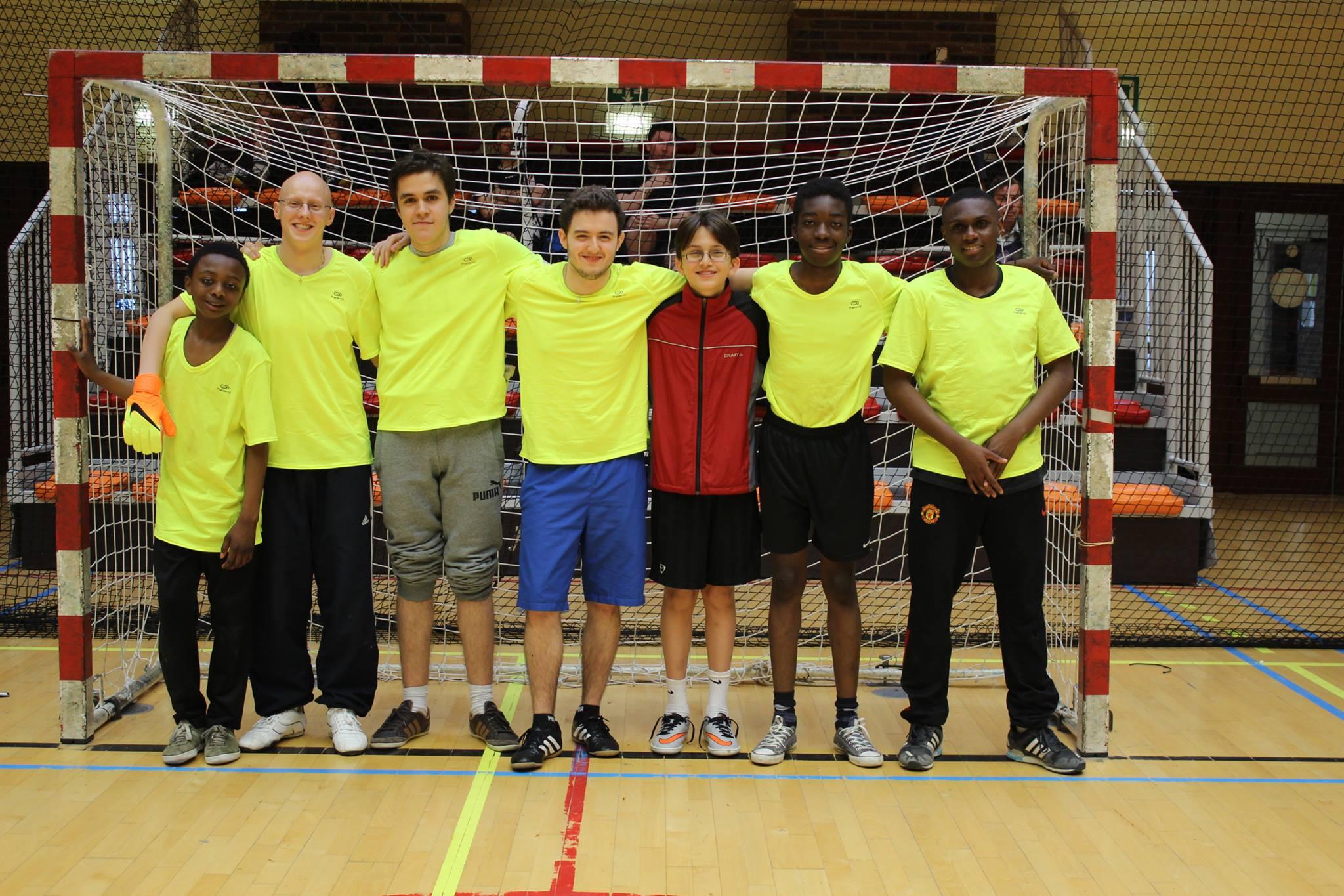 Photo de groupe d'une autre équipe du Tournoi