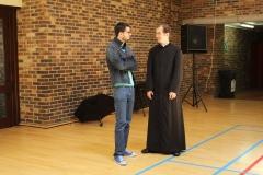 Père Grégory en soutane avec un ami
